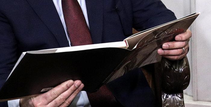 Ο Στρατάρχης Χαφτάρ παρατηρεί λεύκωμα που του έδειξε ο Δένδιας - εικόνα 4