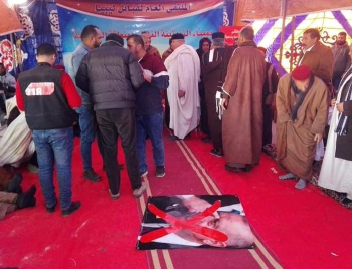 Λιβύη: Οπαδοί του Χαφτάρ ποδοπατούν αφίσες του Ερντογάν - εικόνα 3