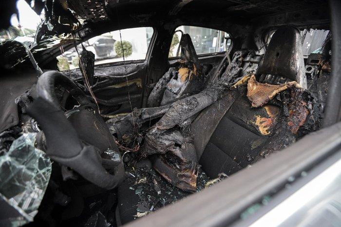 Πυρπόλησαν αυτοκίνητα σε αντιπροσωπεία στη Γλυφάδα - εικόνα 2
