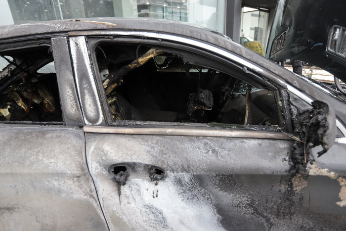 Πυρπόλησαν αυτοκίνητα σε αντιπροσωπεία στη Γλυφάδα - εικόνα 4