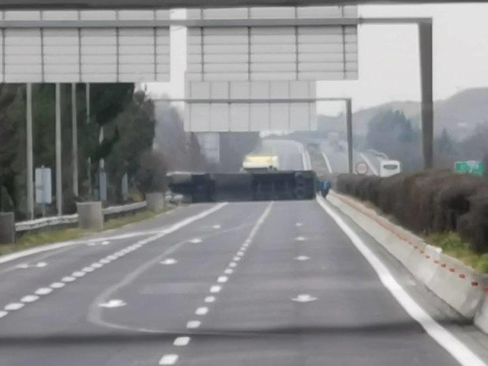 Τροχαίο με νταλίκα έξω από τη Λάρισα – Ουρές οχημάτων [εικόνες] - εικόνα 2