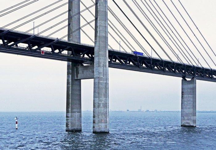 Βάφουν τη γέφυρα που συνδέει τη Δανία με τη Σουηδία- Θα πάρει 13 χρόνια