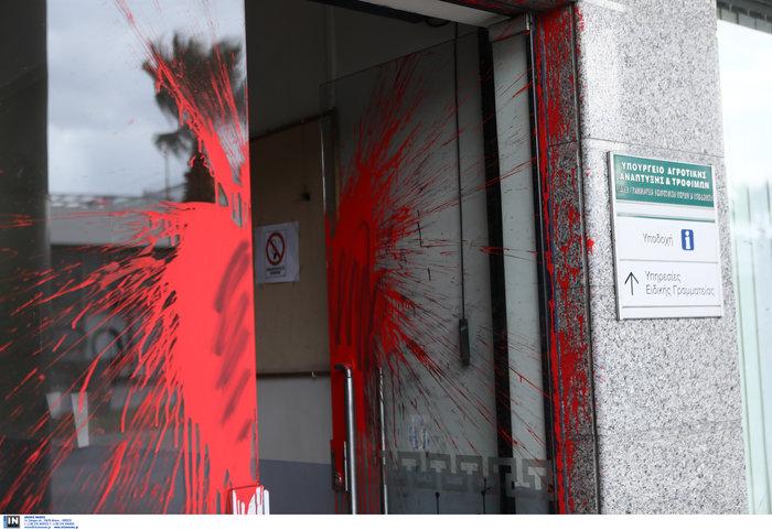 Εσπασαν τζαμαρία και πέταξαν μπογιές στη Γ.Γ. Κοινοτικών Πόρων - εικόνα 3