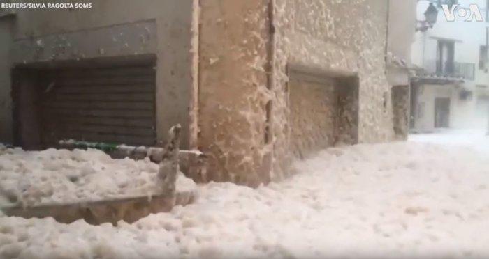 Περίεργο φαινόμενο: Πνίγηκε στον αφρό ισπανική πόλη - πού οφείλεται