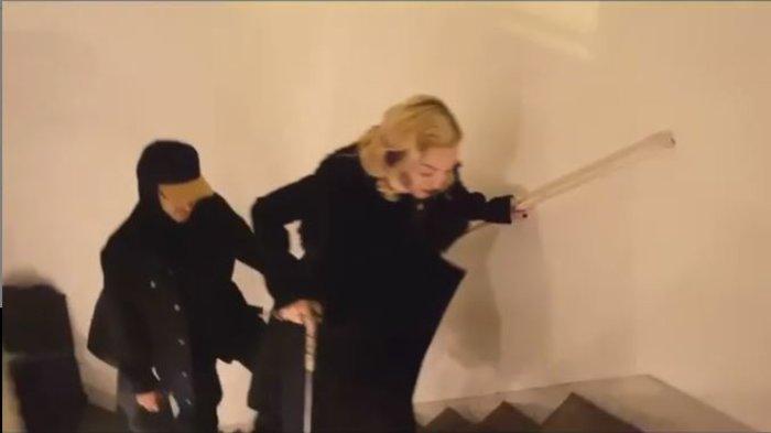 Ανησυχία για τη Μαντόνα: Mε μπαστούνι & υποβασταζόμενη [εικόνες & βίντεο] - εικόνα 2