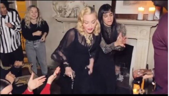 Ανησυχία για τη Μαντόνα: Mε μπαστούνι & υποβασταζόμενη [εικόνες & βίντεο] - εικόνα 3