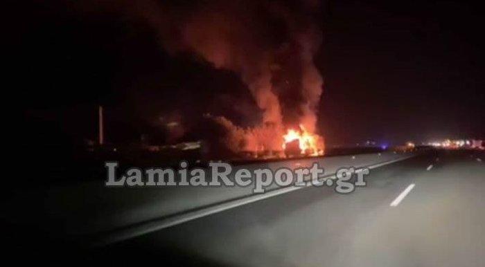 Στις φλόγες νταλίκα στην εθνική οδό Αθηνών - Λαμίας