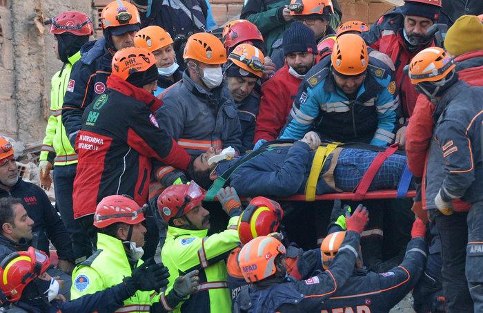 Σεισμός στην Τουρκία: Εγκλωβισμένοι για 12 ώρες στους -12°C