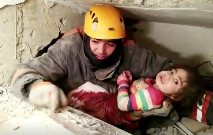 Σεισμός στην Τουρκία: Η δραματική διάσωση μητέρας και κόρης