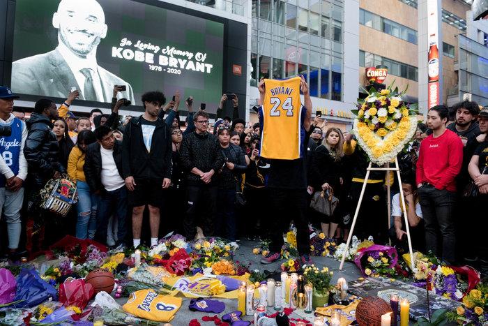 Θρήνος στο Λος Αντζελες: Κεριά & λουλούδια για τον Κόμπι Μπράιαντ [εικόνες] - εικόνα 2