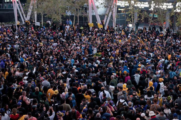 Θρήνος στο Λος Αντζελες: Κεριά & λουλούδια για τον Κόμπι Μπράιαντ [εικόνες] - εικόνα 3