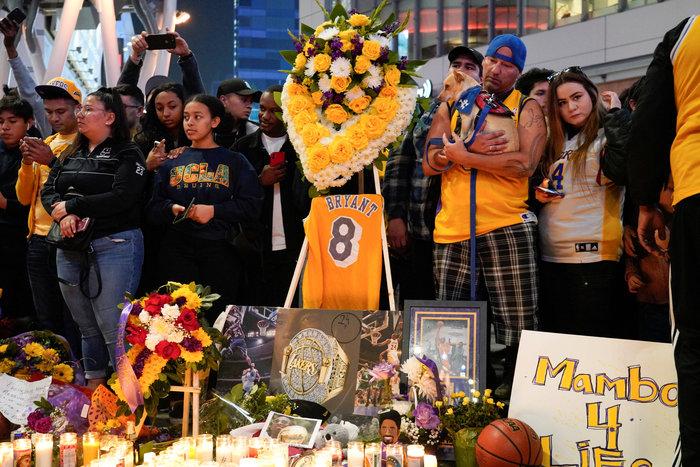 Θρήνος στο Λος Αντζελες: Κεριά & λουλούδια για τον Κόμπι Μπράιαντ [εικόνες] - εικόνα 7