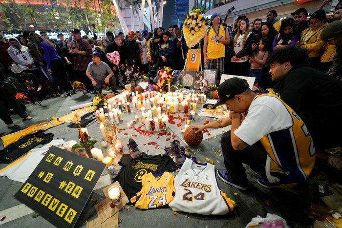 Θρήνος στο Λος Αντζελες: Κεριά & λουλούδια για τον Κόμπι Μπράιαντ [εικόνες] - εικόνα 8