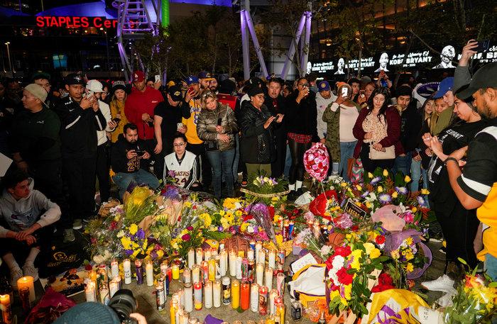 Θρήνος στο Λος Αντζελες: Κεριά & λουλούδια για τον Κόμπι Μπράιαντ [εικόνες] - εικόνα 10