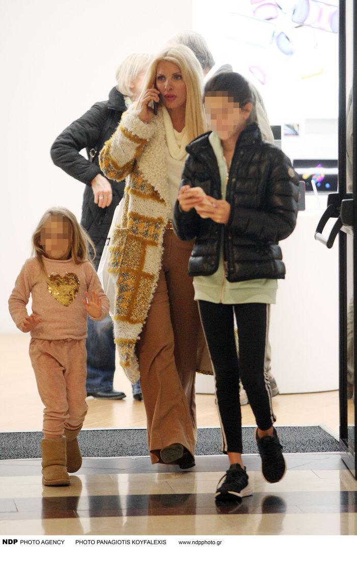 Ελένη Μενεγάκη: Βόλτα με τις κούκλες κόρες της Βαλέρια & Μαρίνα - εικόνα 3