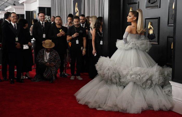 Grammy 2020: Το τεράστιο τούλινο φόρεμα της Αριάνα Γκράντε και τα εσώρουχα
