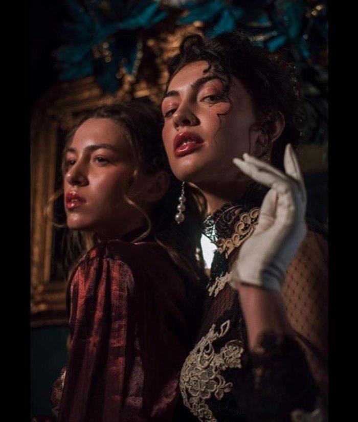 GNTM: Kέισι και Εβελίνα σε αισθησιακή vintage φωτογράφηση [Εικόνες]