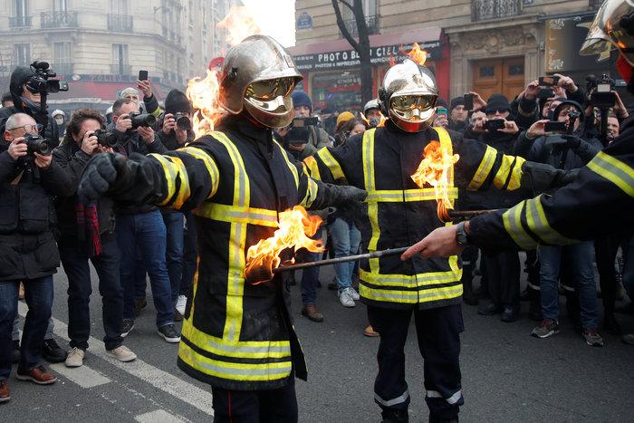 Παρίσι: Σφοδρές συγκρούσεις μεταξύ αστυνομικων και πυροσβεστών