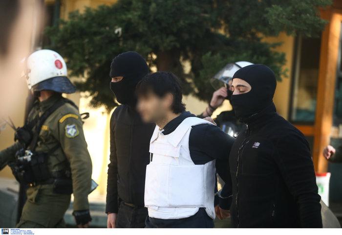 """Ο τοξοβόλος στην Ευελπίδων- Τον """"αποθέωσαν"""" οι αντεξουσιαστές - εικόνα 2"""