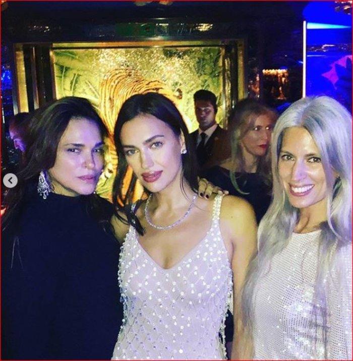 Η Σίλια Κριθαριώτη με Ιρίνα Σάικ και Μάργκο Ρόμπι σε πάρτι του Vogue