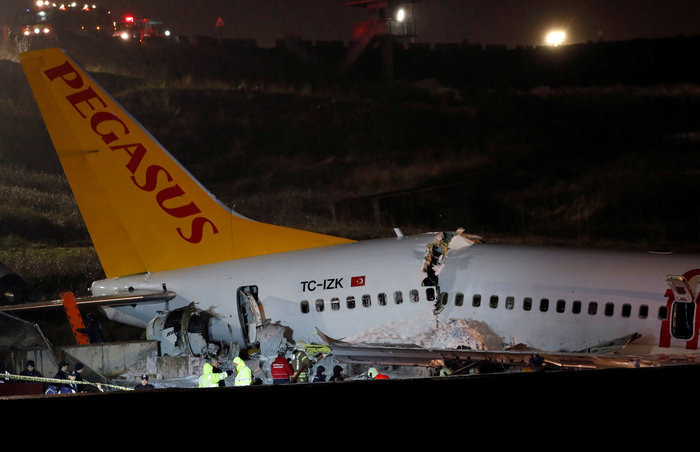 Τουρκία: Αεροσκάφος κόπηκε στα τρία, δεκάδες τραυματίες