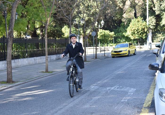 O πρόεδρος της ΚΕΔΕ πήγε στο Μαξίμου με ηλεκτρικό ποδήλατο! - Βίντεο