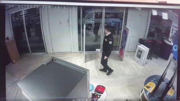 Καρέ-καρέ επί τω έργω 31χρονος που έκλεβε καταστήματα ηλεκτρικών ειδών