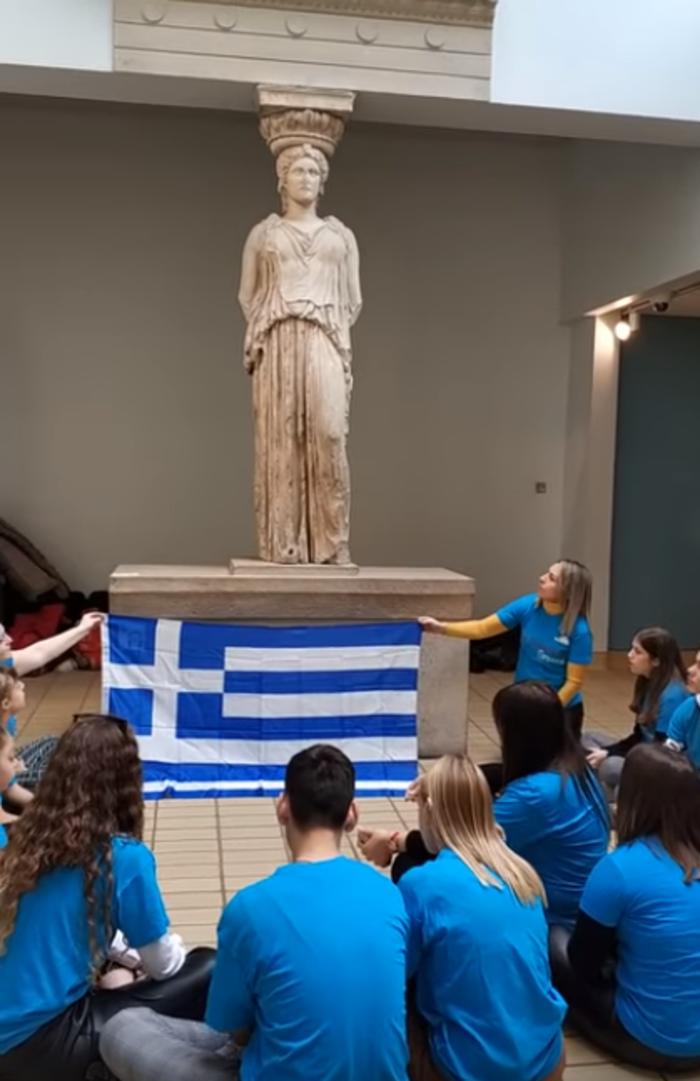 Βρετανικό μουσείο: Δακρυσμένοι μαθητές τραγουδούν το Τζιβαέρι