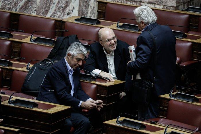 Με ευχές υποδέχθηκαν οι βουλευτές τον Τρύφωνα Αλεξιάδη - εικόνα 2