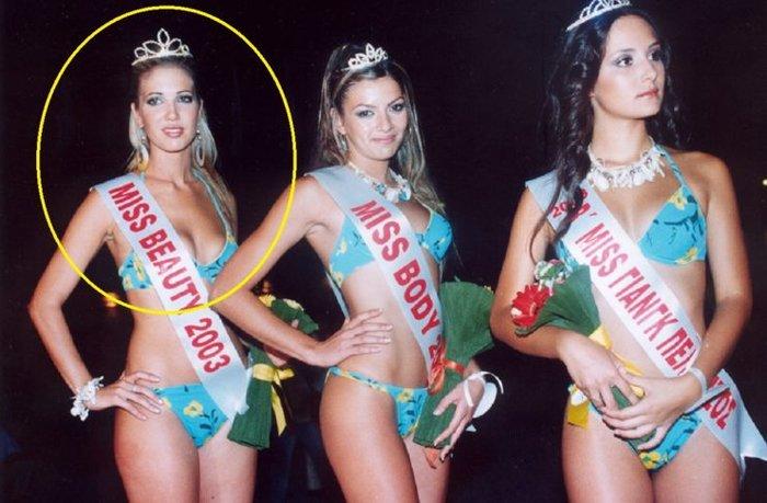 Αριστερά, η εστεμμένη Miss Beauty 2003