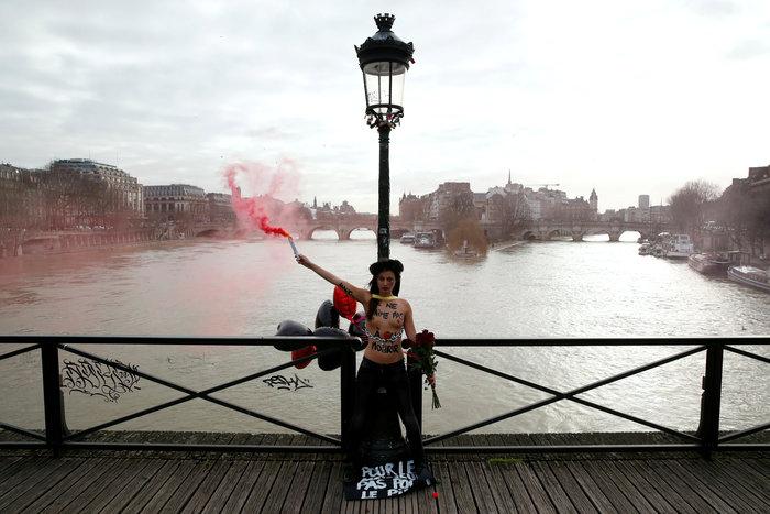 Αγ. Βαλεντίνος: Femen αλυσοδέθηκαν στο Παρίσι για τις γυναικοκτονίες