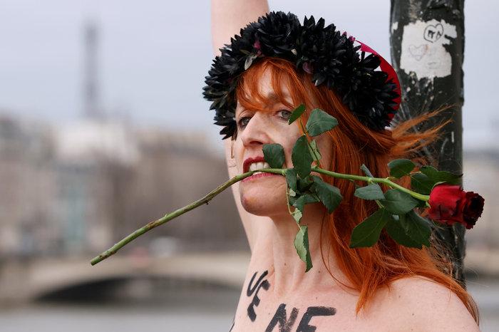 Αγ. Βαλεντίνος: Femen αλυσοδέθηκαν στο Παρίσι για τις γυναικοκτονίες - εικόνα 2