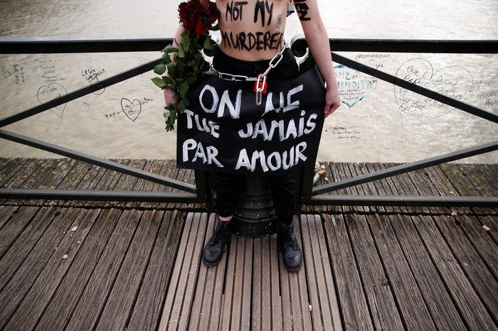 Αγ. Βαλεντίνος: Femen αλυσοδέθηκαν στο Παρίσι για τις γυναικοκτονίες - εικόνα 3