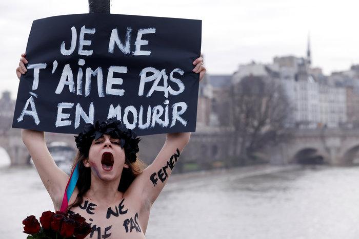 Αγ. Βαλεντίνος: Femen αλυσοδέθηκαν στο Παρίσι για τις γυναικοκτονίες - εικόνα 4