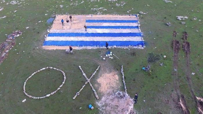 Λέσβος:Έφτιαξαν σημαία και ένα «ΟΧΙ» στο χωράφι που θα γίνει η κλειστή δομή
