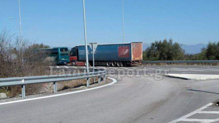 Νταλίκα παραβίασε stop και χτύπησε λεωφορείο του ΚΤΕΛ Φθιώτιδας - εικόνα 4