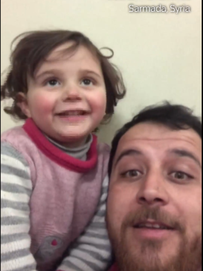 Σύρος έμαθε την κόρη του να γελά όταν πέφτουν βόμβες - Bίντεο