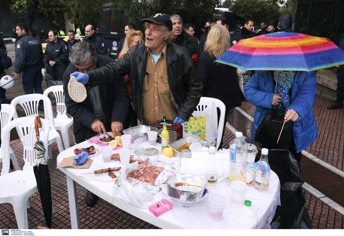 Απίστευτη ΠΟΕΔΗΝ: Διαμαρτυρία με ...μπάρμπεκιου έξω από Μαξίμου - εικόνα 2