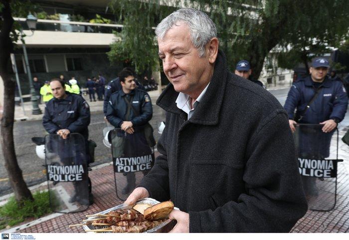 Απίστευτη ΠΟΕΔΗΝ: Διαμαρτυρία με ...μπάρμπεκιου έξω από Μαξίμου - εικόνα 5