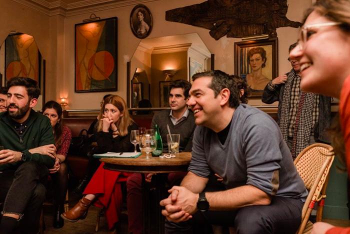 Mε casual εμφάνιση ο Τσίπρας συναντήθηκε με νέους στο Παρίσι